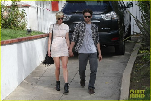 Ashlee Simpson & Vincent Piazza: Holding Hands!