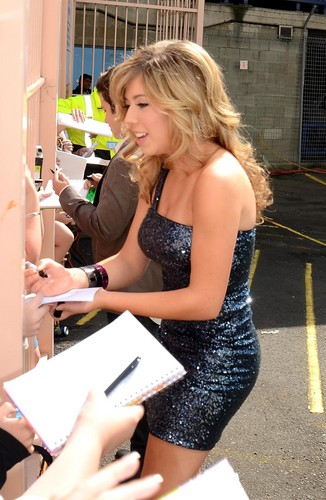 Jennette McCurdy Hintergrund possibly with a sign entitled Australian Nickelodeon Kids Choice Awards