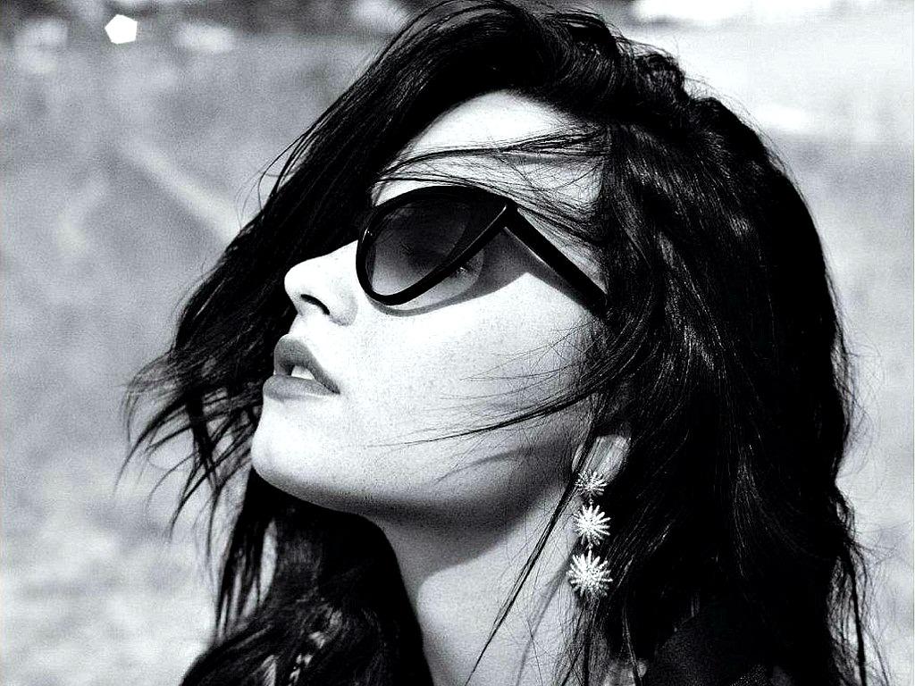 Фото девушки на аву черно белые