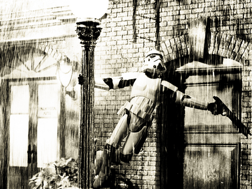 Funny Wallpaper-Stormtrooper singing in the rain.
