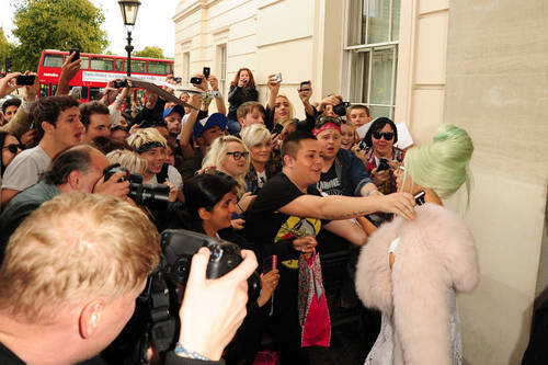 Gaga Leaving her hotel in Londres