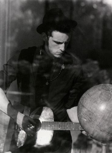 Jamie kengele Plays His guitar, gitaa
