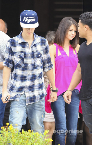 Justin Bieber and Selena Gomez having lunch in Rio, October 4