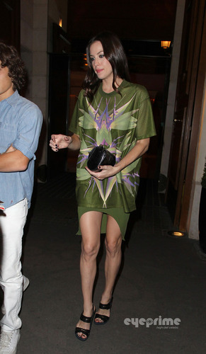 Liv Tyler: Givenchy onyesha during Paris Fashion Week, Oct 2