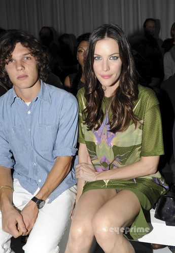 Liv Tyler: Givenchy 表示する during Paris Fashion Week, Oct 2