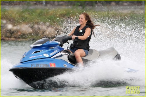 Minka Kelly: Jet skiën on 'Charlie's Angels'!