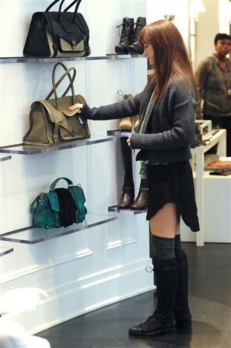New фото of Leighton shopping with her grandmother at Редактировать
