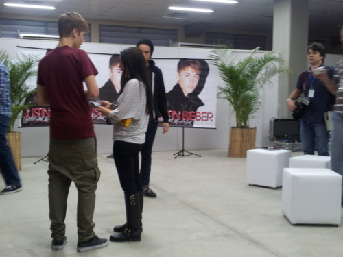 OMG! Justin is so tall. Aww Pattie! Justin looks really hot here ;)