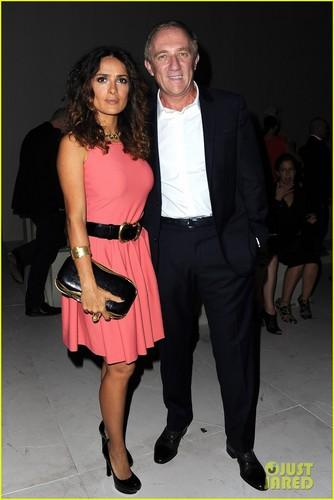 Salma Hayek: Alexander McQueen mostra at Paris Fashion Week!
