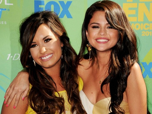 Selena Gomez và Demi Lovato hình nền containing a portrait and attractiveness called Selena&Demi hình nền ❤
