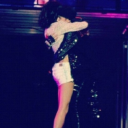 Selena surprises justin at show, concerto and gives big hug