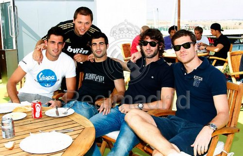 X. Alonso with teammates