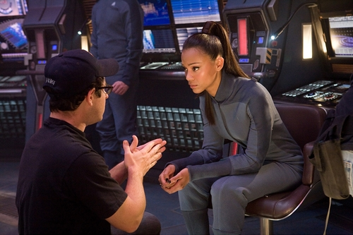 Zoë Saldana তারকা Trek Behind the scenes