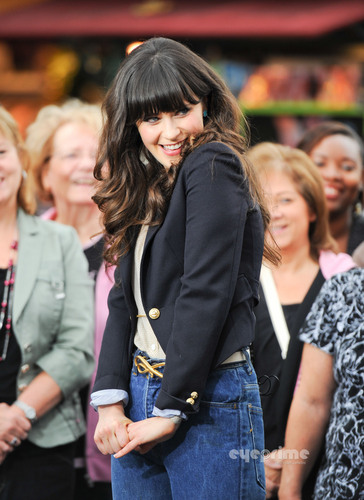 Zooey Deschanel appears on the EXTRA Показать in Hollywood, Oct 4
