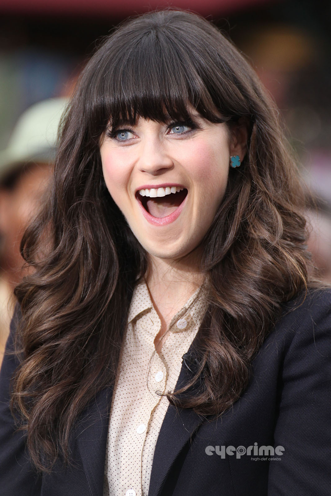 Zooey-Deschanel-appears-on-the-EXTRA-Sho
