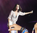 selena surprises justin at konzert