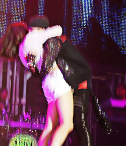 selena surprises justin at konsert