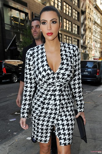 Kim heads to the NBC studios to co-host the TODAY tunjuk 4th jam – 07/10/2011
