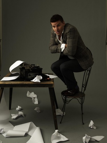 David Boreanaz wallpaper probably containing a living room, a business suit, and a family room called David!♥