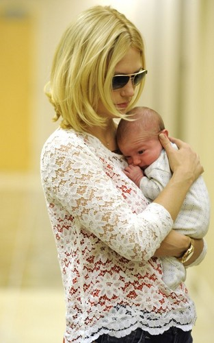 January Jones fond d'écran titled January Jones shows off her son, Xander - October 11