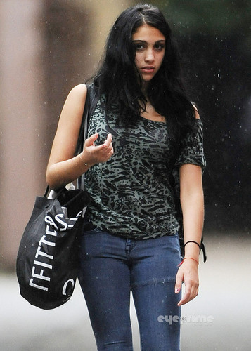 Lourdes Ciccone Leon 바탕화면 possibly with bellbottom trousers, long trousers, and a pantleg, 팬트 레그 called Lourdes Maria Ciccone Leon Out and About in The Rain in NY, Sep 23