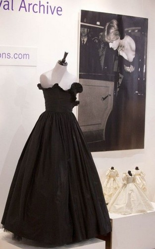 Princess Diana's kanzu, gown Sells for $276,000