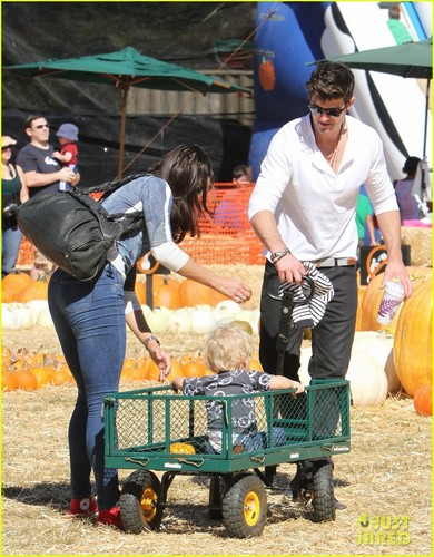 Robin Thicke & Paula Patton: কুমড়া Patch with Julian!