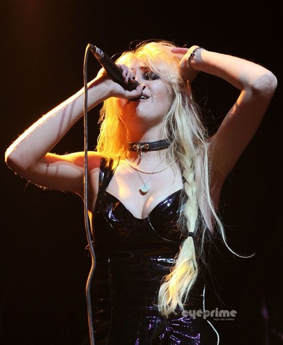 Taylor Momsen performs at The fox Theatre in Oakland, October 10