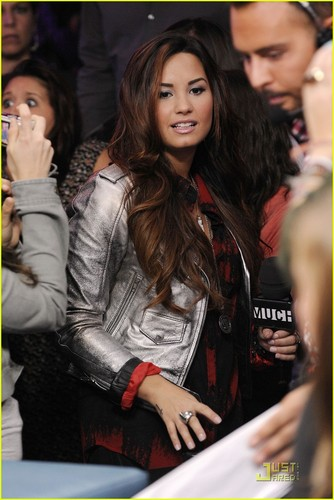 Demi Lovato: Backstage Behind The Scenes --FIRST LOOK!