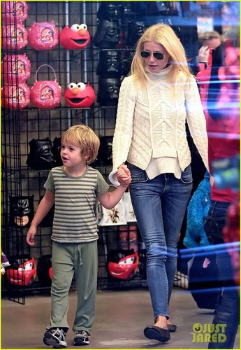 Gwyneth Paltrow: Costume Shopping with apel, apple & Moses!