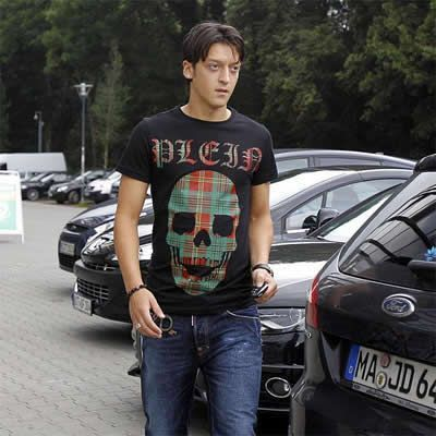Mesut Özil wolpeyper possibly with an automobile, a carriageway, and a kalye called Mesut