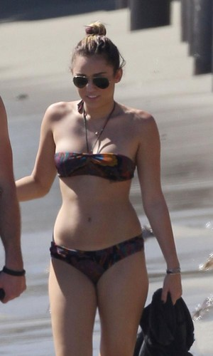 Miley Cyrus ~ 13. October- At a bờ biển, bãi biển in Malibu with Liam