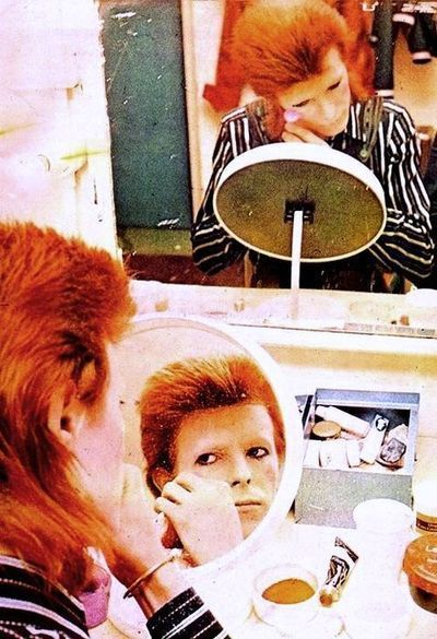bowie becomes ziggy