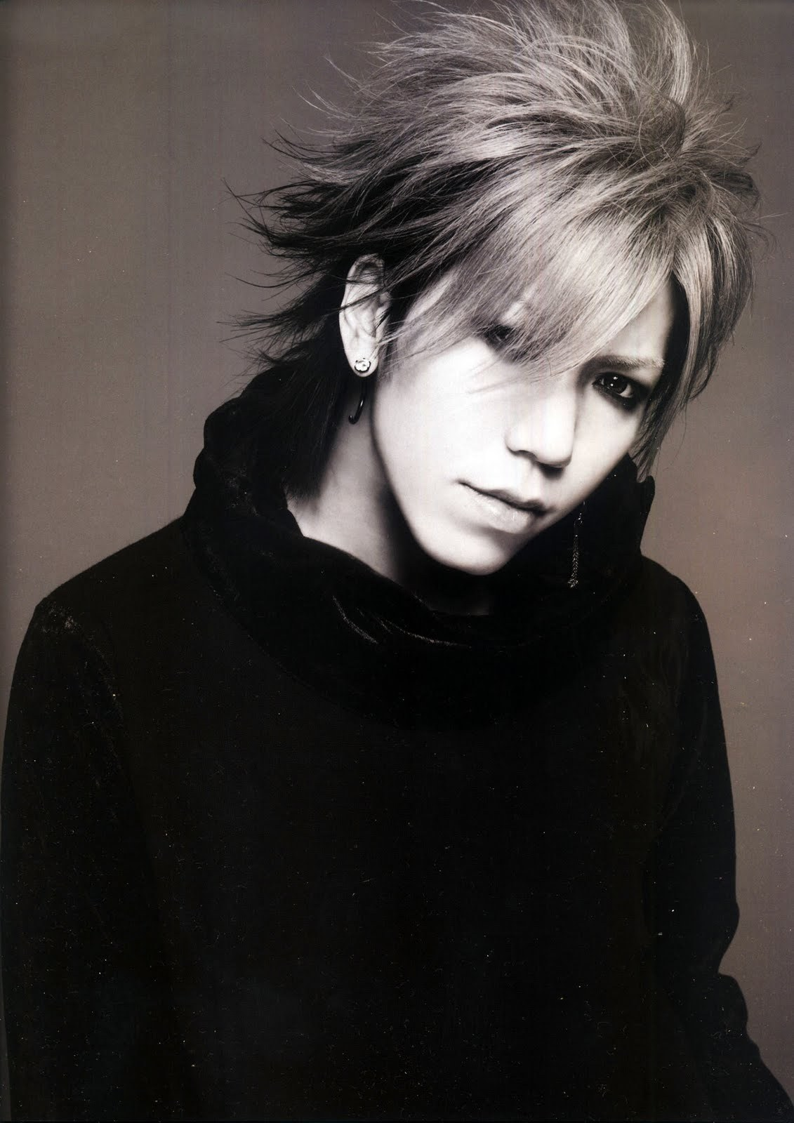 http://images5.fanpop.com/image/photos/26100000/Aoi-guitar-the-gazette-26159037-1131-1600.jpg