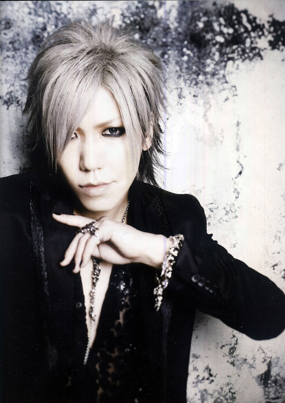 http://images5.fanpop.com/image/photos/26100000/Aoi-guitar-the-gazette-26159043-1131-1600.jpg