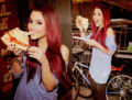 Ariana Grande eating 피자