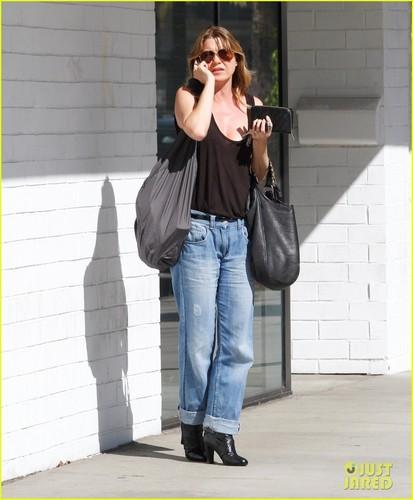 Ellen Pompeo: merah jambu Scrubs for 'Grey's Anatomy'