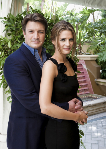 Nathan Fillion & Stana Katic fond d'écran with a business suit entitled Hollywood Foreign Press Association - Press Conference