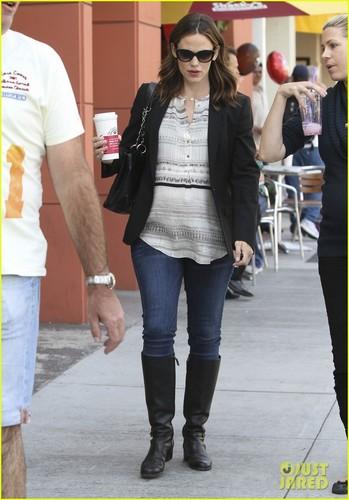 Jennifer Garner: Coffee datum with a Pregnant Pal!