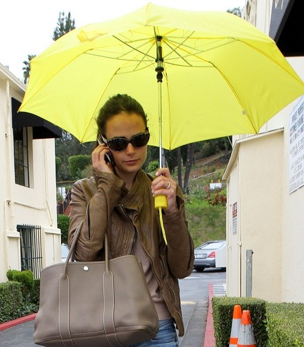 Jordana - Jordana holds her umbrella while running to a meeting in Hollywood, Mar 22, 2011 - jordana-brewster Photo