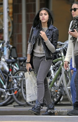 Lourdes Ciccone Leon wallpaper with a street entitled Lourdes Leon seen out shopping in New York, Oct 17
