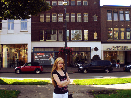 오드리 헵번 바탕화면 with a street, a brownstone, and a row house entitled Me in front of Audrey Hepburn's house in Arnhem.