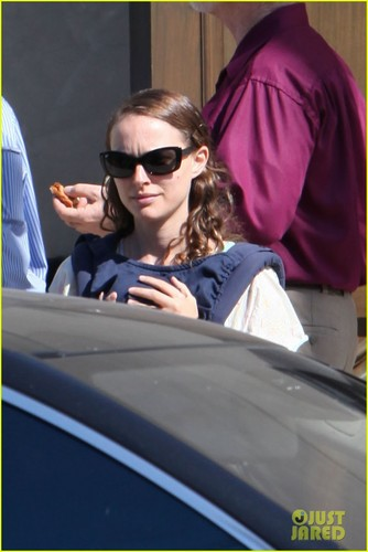 Natalie Portman: Synagogue Saturday with the Family!