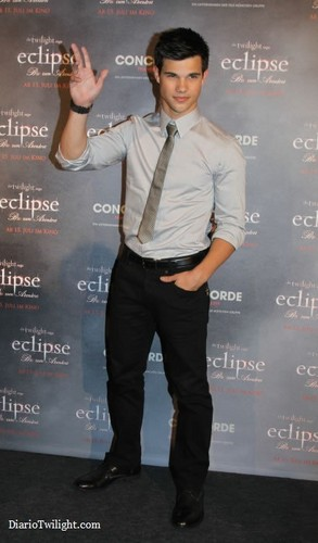 New/Old 照片 of Taylor at the Premiere of Eclipse in Berlin
