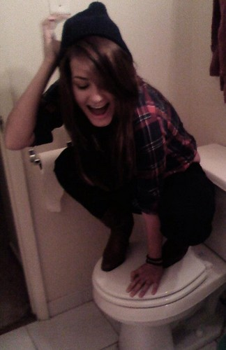 Scout Taylor-Compton Обои containing a toilet bowl, a toilet, and a water closet titled Scout Taylor-Compton <3