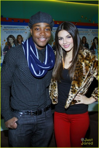 Victoria Justice & Leon Thomas: Germany Meet & Greet!