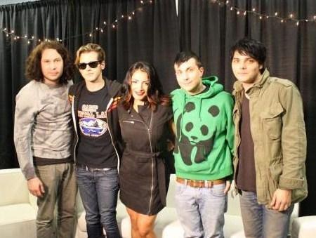 Gerard's hair is BLACK again!!