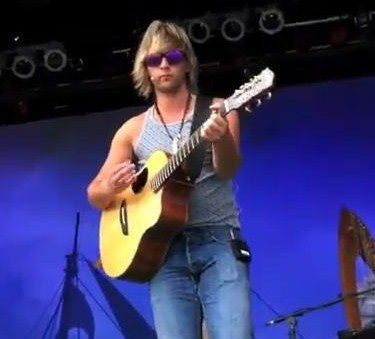 "Keith Harkin karatasi la kupamba ukuta containing a guitarist and a tamasha titled Keith rehearsing ""Galway Girl"" in San Diego"
