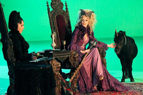 Kristin Bauer as Maleficent & Lana Parrilla as Evil Queen- BTS фото