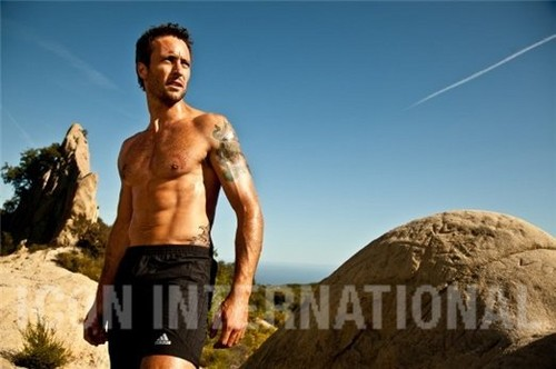 Alex O'Loughlin achtergrond with a six pack and a homp, stoere binken called Men's Fitness Outtakes <3